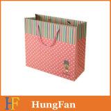 O luxo projetou o saco de papel do presente com fita redonda