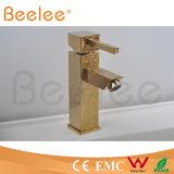 Mélangeur simple de robinet de bassin de poignée de nouveau de la conception 2015 bas d'arc Rilievo extérieur d'or de place