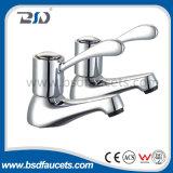 Il freddo caldo del dispersore gemellare del bacino colpisce il rubinetto leggermente della stanza da bagno del bicromato di potassio di accoppiamenti