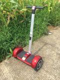 ハンドル棒が付いている電気スクーターのバランスをとっている道2の車輪の自己を離れて