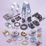 Vários tipos que carimbam as peças no metal