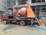 Individu chargeant le camion mobile de mélangeur du béton Mixe/Rconcrete
