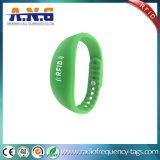 Изготовленный на заказ Wristbands силикона RFID логоса с толковейшей формой вахты