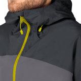 남자는 액티브한 하이킹을%s 테이프에 의하여 이어 맞추어진 재킷을 비바람에 견디게 한다
