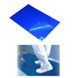 Camminata a gettare del LDPE fuori dalla stuoia viscosa blu del laboratorio