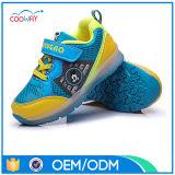 OEMの製靴工場の価格はデザインおよびロゴのLEDの軽い靴を受け入れることができる