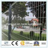 高品質の電流を通された金網の塀