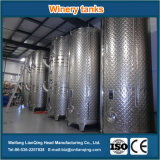 Los tanques del depósito y del lagar de fermentación del vino del acero inoxidable