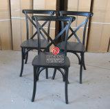 Commerial que janta cadeiras de madeira da parte traseira da cruz do banquete das cadeiras