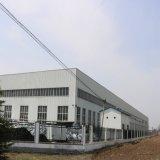 Magazzino della struttura d'acciaio con il comitato blu del tetto