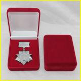 赤い長方形のビロードメダルボックス