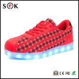Chaussures lumineuses de la lumière DEL de femmes d'hommes d'adultes en gros d'amoureux avec le clignotement unique