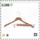 白いカラースーツのハンガーのための木のハンガー