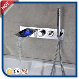 浴室の衛生製品3カラーLEDによって隠される滝のコック
