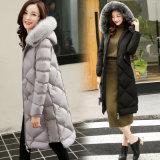para la clase superior al por menor las mujeres calientan la capa del invierno