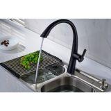 Il rubinetto della cucina estrae il rubinetto freddo caldo del becco d'ottone dello spruzzatore