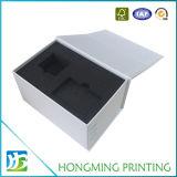 Weißer Pappschmucksache-Mattkasten, der mit schwarzem Schaumgummi verpackt