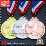 リボンが付いている高品質の金または銀のスポーツメダル