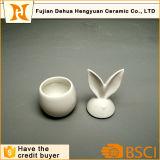 イースター装飾のための白い艶をかけられたウサギの陶磁器の瓶