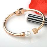 方法魅力の宝石類のステンレス鋼の開いた袖口の真珠のブレスレットの腕輪