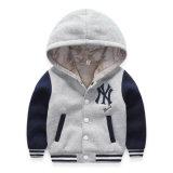 온난하고, 벨벳 같은 야구 제복으로 수를 놓는 소년의 휘장