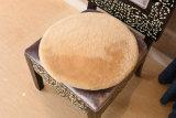 원형에 있는 호화스러운 양가죽 의자 방석