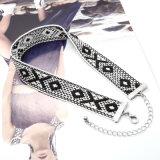 Ожерелье чокеровщика картины белого черного Handmade вязания крючком геометрическое