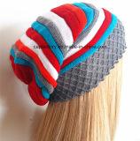A alta qualidade bordou o tampão feito malha chapéu