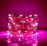 La luz de hadas del color de la muchacha del alambre rosado del dormitorio enciende para arriba la botella
