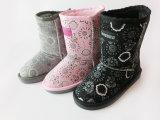 Новым ботинки девушок повелительниц славным теплым связанные снежком на зима