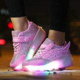 大人は人を配置し、女性のローラーの靴、LEDの軽い靴および人のための女性は、スポーツの偶然靴をひもで締める