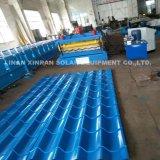 A telhadura ondulada cobre a maquinaria de rolamento