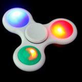 Die Oberseite 2017, die Tri Unruhe-Spinner-Spielzeug mit LED verkauft, beleuchtet Handspinner mit ABS Peilung-Finger-Spinner