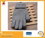 Les amoureux chauffent des gants d'écran tactile