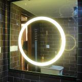 Specchio di Frameless della stanza da bagno fissata al muro dell'hotel grande con indicatore luminoso