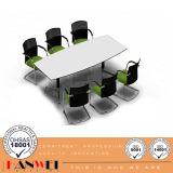 白いパネルの上の木の家具のボートの形の会合の会議の席