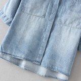 隠れる型の大きいポケットは四分の三の袖のデニムのワイシャツにボタンをかける