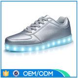 OEM DEL de MOQ inférieur chausse les hommes, chaussures de clignotement d'éclairage LED de rayonnement pour les hommes