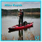 Le professionnel s'asseyent sur la première pêche de kayak de pédale avec le gouvernail de direction