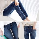 女性のデニムの細いジーンズ