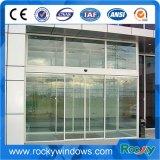 Interior de cristal sin marco con puertas correderas de hardware