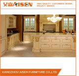 贅沢な様式によって切り分けられる材木の台所純木の食器棚