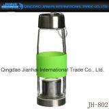 Чашка стеклянной бутылки сопровоженная для чая или воды