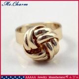 様式の女性のための金カラーによって編まれる球の婚約指輪を向くこと