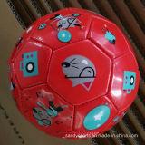 Os miúdos gostam do futebol pequeno de Soccerball do brinquedo