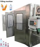 Compléter l'eau potable de bouteille d'animal familier faisant la chaîne de production