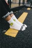 La face de sourire conçoit des chaussettes de coton de petite fille lisses à l'intérieur des chaussettes