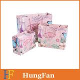 El lujo diseñó la bolsa de papel del regalo con la cinta redonda