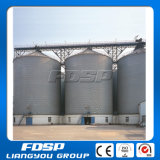 As aves domésticas alimentam silos usados planta do armazenamento da grão