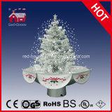 すべての白くロマンチックなクリスマスのギフトの美しいクリスマスツリー